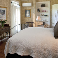 The Jackson House Inn offers a ground floor Classic queen bedroom
